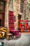 11 9 2016 - Une boutique vendant les tapis traditionnels dans la vieille ville de Chania Image stock