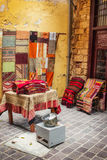11 9 2016 - Une boutique vendant les tapis traditionnels dans la vieille ville de Chania Photo libre de droits