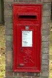 Une brique a monté la boîte de courrier d'ER dans un village photos libres de droits
