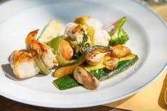 Une broche avec de la viande et courgette et saucisse du plat blanc, style naturel Image stock