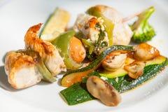 Une broche avec de la viande et courgette et saucisse du plat blanc, style naturel Photo libre de droits