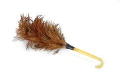 Une brosse plus propre de plume en bois sur le fond blanc Images stock