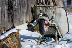 Une brouette qui a été abandonnée dans la neige Photographie stock