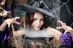 Une brune avec les yeux bruns dans l'image d'une sorcière photos stock