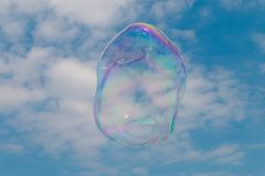 Une bulle de savon flottant par le ciel Image libre de droits