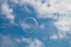 Une bulle de savon flottant par le ciel Images libres de droits