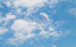 Une bulle de savon flottant par le ciel Photographie stock libre de droits