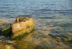 Une côte avec de l'eau le caillou et d'océan. Photo stock