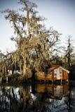 Une cabane en acier s'est reflétée dans l'eau d'un marais Photos libres de droits