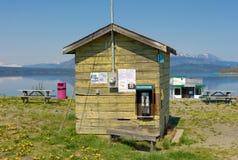 Une cabane en bois avec un téléphone public une station de vacances de rv dans du nord avant Jésus Christ Photos stock