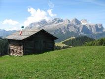 Une cabine dans les montagnes Photos libres de droits