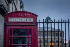 Une cabine de téléphone rouge britannique classique à Oxford images stock
