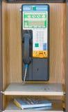 Une cabine téléphonique au fort Nelson, Canada images libres de droits