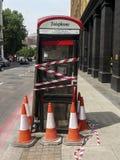 Une cabine téléphonique en panne Image libre de droits