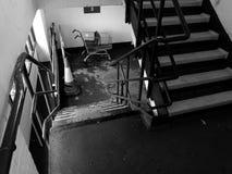 Une cage d'escalier bien utilisée avec le cône de chariot et de route à achats photo libre de droits