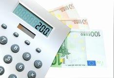 Une calculatrice et factures de l'euro 100 et 50   Photo libre de droits