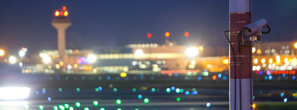Une caméra de sécurité d'aéroport la nuit Images stock