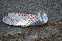 Une canette de bière a trouvé d'un côté de la rue image libre de droits