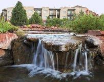 Une caractéristique aménagée en parc de l'eau par quelques condominiums Photos stock