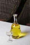 Une carafe de verre de vin blanc sur la table photographie stock