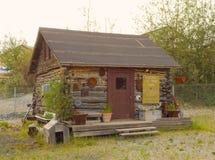 Une carlingue de rondin rustique à un musée extérieur à Yellowknife photo stock