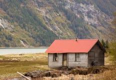 Une carlingue simple au site éloigné en Alaska Photo libre de droits