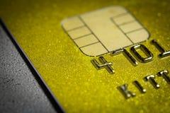 Une carte de crédit haute plus étroite image stock