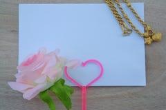 Une carte de valentine de l'amour, une tasse avec le signe de coeur pour le jour du ` s de Valentine Images libres de droits