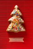 Une carte postale avec une photo d'un arbre de Noël de biscuit Images stock
