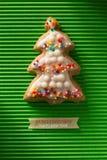 Une carte postale avec une photo d'un arbre de Noël de biscuit Photographie stock libre de droits