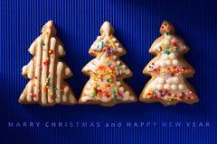 Une carte postale avec une photo d'un arbre de Noël de biscuit Photos stock