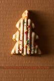 Une carte postale avec une photo d'un arbre de Noël de biscuit Photographie stock