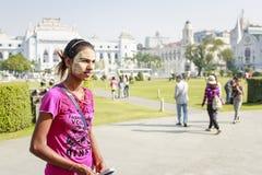 Une carte postale de vente de femme de minorité ethnique en parc central à Yangon Images libres de droits