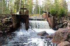 Une cascade à écriture ligne par ligne à un barrage en Suède Image stock