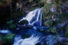 Une cascade à écriture ligne par ligne sur la piste de Routeburn en Nouvelle Zélande Photographie stock