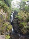 une cascade étonnante dans les lacs photographie stock