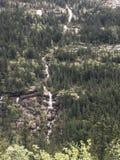 Une cascade dans les montagnes d'Alaska Image libre de droits