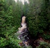 Une cascade donnent sur Photo libre de droits