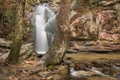 Une cascade entre après une pluie dans un canyon caché sur une montagne Image libre de droits