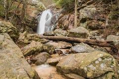 Une cascade entre après une pluie dans un canyon caché sur une montagne Photos stock