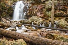 Une cascade entre après une pluie dans un canyon caché sur une montagne Photos libres de droits