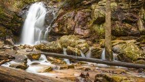 Une cascade entre après une pluie dans un canyon caché sur une montagne Photographie stock libre de droits