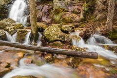 Une cascade entre après une pluie dans un canyon caché sur une montagne Photo stock