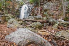 Une cascade entre après une pluie dans un canyon caché sur une montagne Photo libre de droits