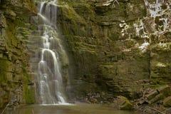 une cascade parmi les roches Photographie stock libre de droits