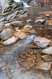 Une cascade sur une rivière de montagne Photo stock