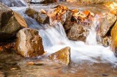 Une cascade sur une rivière de montagne Photographie stock