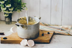 Une casserole de vintage sur le conseil en bois Image libre de droits