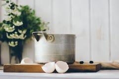 Une casserole de vintage sur le conseil en bois Image stock