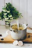 Une casserole de vintage sur le conseil en bois Photo stock